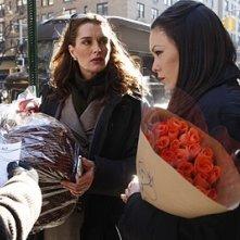 Brooke Shields e Lindsay Price comprano dei fiori nell'episodio 'Chapter Seven: Carpe Threesome' della serie tv Lipstick Jungle