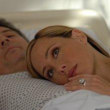 Christopher Cousins e Kim Raver in una scena dell'episodio 'Chapter Seven: Carpe Threesome' della serie tv Lipstick Jungle