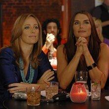Kim Raver e Brooke Shields nell'episodio 'Chapter Five: Dressed To Kill' della serie tv Lipstick Jungle