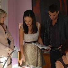 Lindsay Price con alcuni colleghi in una scena dell'episodio 'Chapter Seven: Carpe Threesome' della serie tv Lipstick Jungle