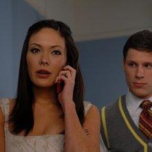 Lindsay Price e Matt Lauria alle sue spalle nell'episodio 'Chapter Seven: Carpe Threesome' della serie tv Lipstick Jungle