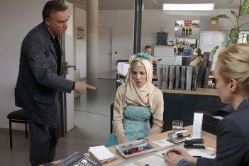 Massimo Ghini, Ailyn Tezel e Jeanette Hain in una scena del tv-movie Sui tuoi passi