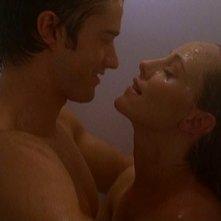 Robert Buckley e Kim Raver in una scena bollente nell'episodio 'Chapter Seven: Carpe Threesome' della serie tv Lipstick Jungle
