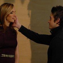Robert Buckley e Kim Raver in una scena d'addio nell'episodio 'Chapter Six: Take the High Road' della prima stagione di Lipstick Jungle