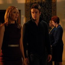 Robert Buckley insieme a  Kim Raver in una scena dell'episodio 'Chapter Six: Take the High Road' della prima stagione di Lipstick Jungle