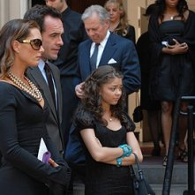 Brooke Shields, Paul Blackthorne e Sarah Hyland nell'episodio 'Chapter Eight: Pandora's Box' della serie Lipstick Jungle