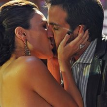 Lindsay Price e Carlos Ponce in un momento nell'episodio 'Chapter Thirteen: The Lyin', The Bitch and the Wardrobe' della serie tv Lipstick Jungle