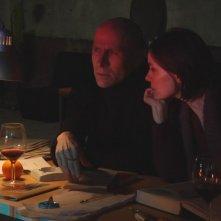 Vitaliano Trevisan e Galatea Ranzi in una scena del film Dall'altra parte del mare