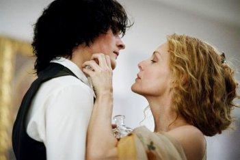 Rupert Friend e la bella Michelle Pfeiffer si scambiano tenerezze in una scena di Cherì