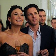 Andrew McCarthy e Lindsay Price alla festa di fidanzamento nell'episodio 'Chapter Twenty: La Vie En Pose' della serie Lipstick Jungle