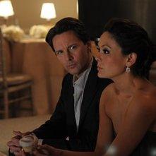 Andrew McCarthy e Lindsay Price discutono del loro imminente matrimonio nell'episodio 'Chapter Twenty: La Vie En Pose' della serie Lipstick Jungle