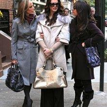 Brooke Shields,Lindsay Price e Kim Raver nell'episodio 'Chapter Eighteen: Indecent Exposure' della serie tv Lipstick Jungle