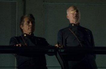 Edward James Olmos e Michael Hogan in una scena dell'episodio 'Islanded in a Stream of Stars' della quarta stagione di Battlestar Galactica