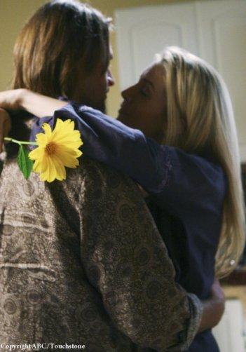 Elizabeth Mitchell e Josh Holloway si abbracciano nell'episodio LaFleur di Lost