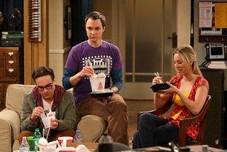Johnny Galecki, Jim Parsons e Kaley Cuoco in una scena dell'episodio The Cushion Saturation di The Big Bang Theory