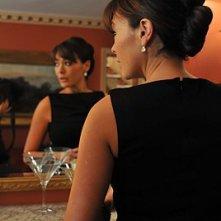 Lindsay Price prepara un martini per Joe nell'episodio 'Chapter Eighteen: Indecent Exposure' della serie tv Lipstick Jungle