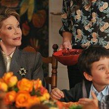 Mary Tyler Moor con il nipotino interpretato da Dylan Clark Marshall nell'episodio 'Chapter Sixteen: Thanksgiving' della serie tv Lipstick Jungle