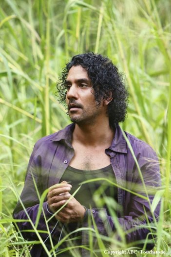 Naveen Andrews in una scena dell'episodio Namaste di Lost