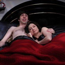 Simon Helberg e Sara Gilbert nell'episodio The Cushion Saturation di The Big Bang Theory