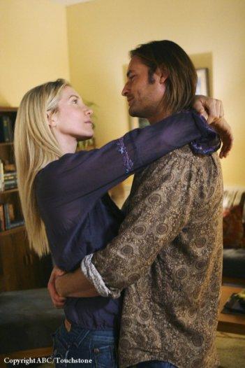 Un abbraccio tra Elizabeth Mitchell e Josh Holloway nell'episodio LaFleur di Lost