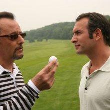 Jean Reno e Jean Dujardin in una scena del film Ca$h