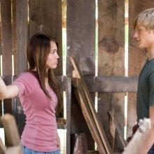 Miley Cyrus e Lucas Till in una scena di Hannah Montana: The Movie