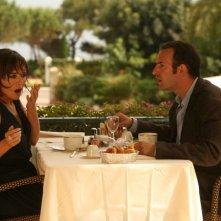 Valeria Golino e Jean Dujardin in un'immagine del film Ca$h
