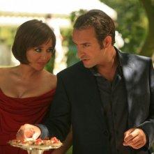 Valeria Golino e Jean Dujardin in una scena del film Ca$h
