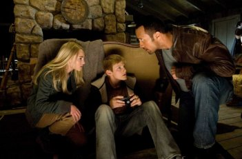 Annasophia Robb, Alexander Ludwig e Dwayne Johnson in una scena del film Corsa a Witch Mountain