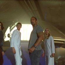 Carla Gugino, Alexander Ludwig, Dwayne Johnson e Annasophia Robb in una scena del film Corsa a Witch Mountain