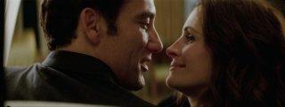 Clive Owen e Julia Roberts in una scena del film Duplicity