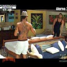 Fabrizio Corona (di spalle) e Rocco Pietrantonio durante il reality show La Fattoria 4