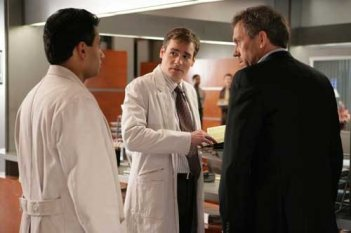 Hugh Laurie, Robert Sean Leonard e Kal Penn in una scena dell'episodio The Social Contract di Dr. House: Medical Division