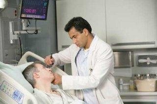 Kal Penn in una scena dell'episodio The Social Contract di Dr. House: Medical Division
