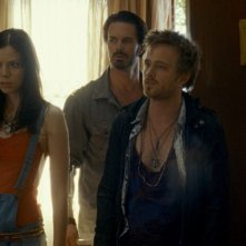 Martha MacIsaac, Garret Dillahunt e Aaron Paul in una sequenza del film The Last House on the Left