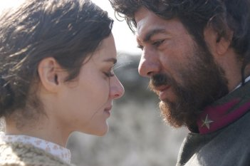 Pierfrancesco Favino e Raffaella Rea in una scena della fiction Pane e libertà