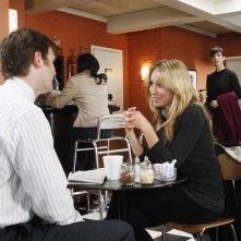 Sarah Carter e di spalle Peter Krause in una scena dell'episodio 'The Summer House' della serie tv Dirty Sexy Money