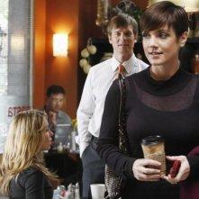 Sarah Carter, Zoe McLellan e Peter Krause in una scena dell'episodio 'The Summer House' della serie tv Dirty Sexy Money