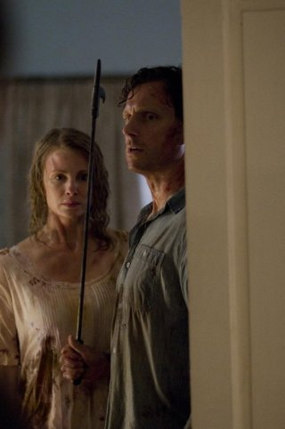 Tony Goldwyn e Monica Potter in una scena del film The Last House on the Left