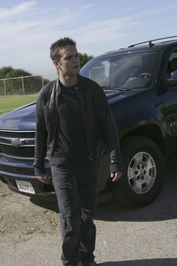 Thomas Dekker in una scena dell'episodio To the Lighthouse di Terminator: The Sarah Connor Chronicles