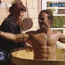 Grande Fratello 9: un bagno sexy per Gianluca e Monica