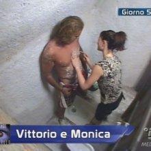Grande Fratello 9: Vittorio si fa depilare da Monica Riva