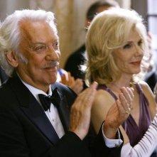 Donald Sutherland insieme a Jill Clayburgh in una scena dell'episodio 'Il Matrimonio' della serie tv Dirty Sexy Money