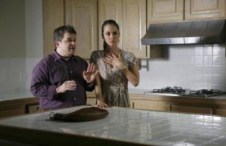 Eliza Dushku e Patton Oswalt in una scena dell'episodio Man On The Street di Dollhouse