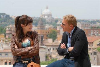 Kaspar Capparoni e Pilar Abella in una scena di Rex 2