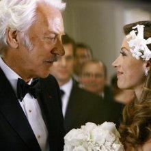 Natalie Zea con Donald Sutherland in una scena dell'episodio 'Il Matrimonio' della serie tv Dirty Sexy Money
