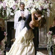 Natalie Zea e Daniel Cosgrove sugellano con un bacio mozzafiato il giorno delle nozze in Dirty Sexy Money, episodio: Il Matrimonio