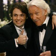 Seth Gabel con Donald Sutherland in una scena dell'episodio 'Il Matrimonio' della serie tv Dirty Sexy Money