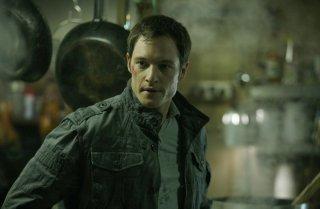 Tahmoh Penikett in una scena dell'episodio Man On The Street di Dollhouse