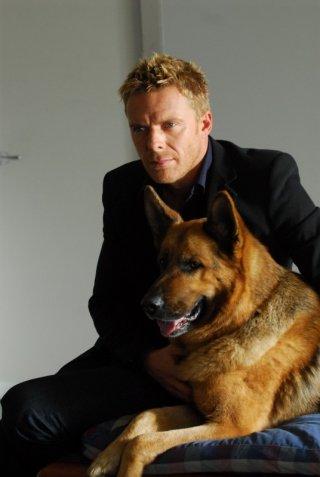 Kaspar Capparoni con il cane Rex in una scena della dodicesima stagione della serie